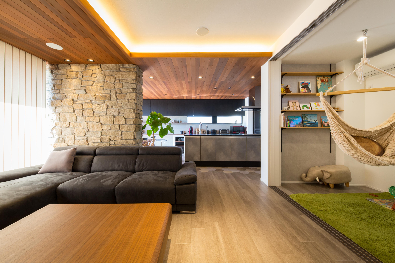 板張りの天井と壁の天然石が醸し出すリゾート感。吊るされたハンモックチェアも素敵。