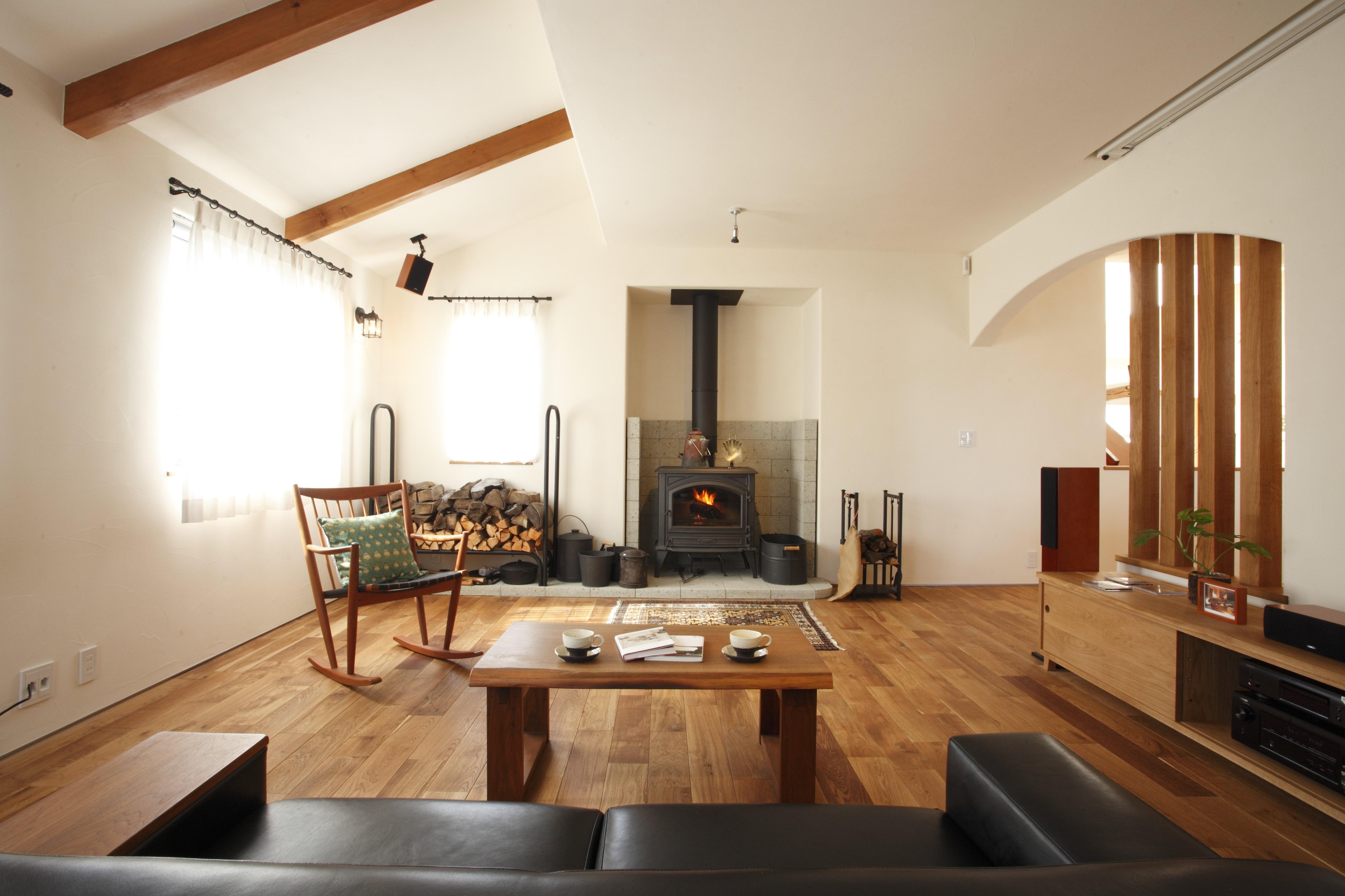 ヨーロッパの冬で思い出すのが、夜の薪ストーブの灯りで照らされる部屋。あえて窓を大きくせず、薪ストーブの炎と音が安らぎの場を創出します。薪ストーブは冬期の間、土日に実際に火を入れてお迎えいたします。ご主人の憧れるホームシアターと音響設備も整えています。