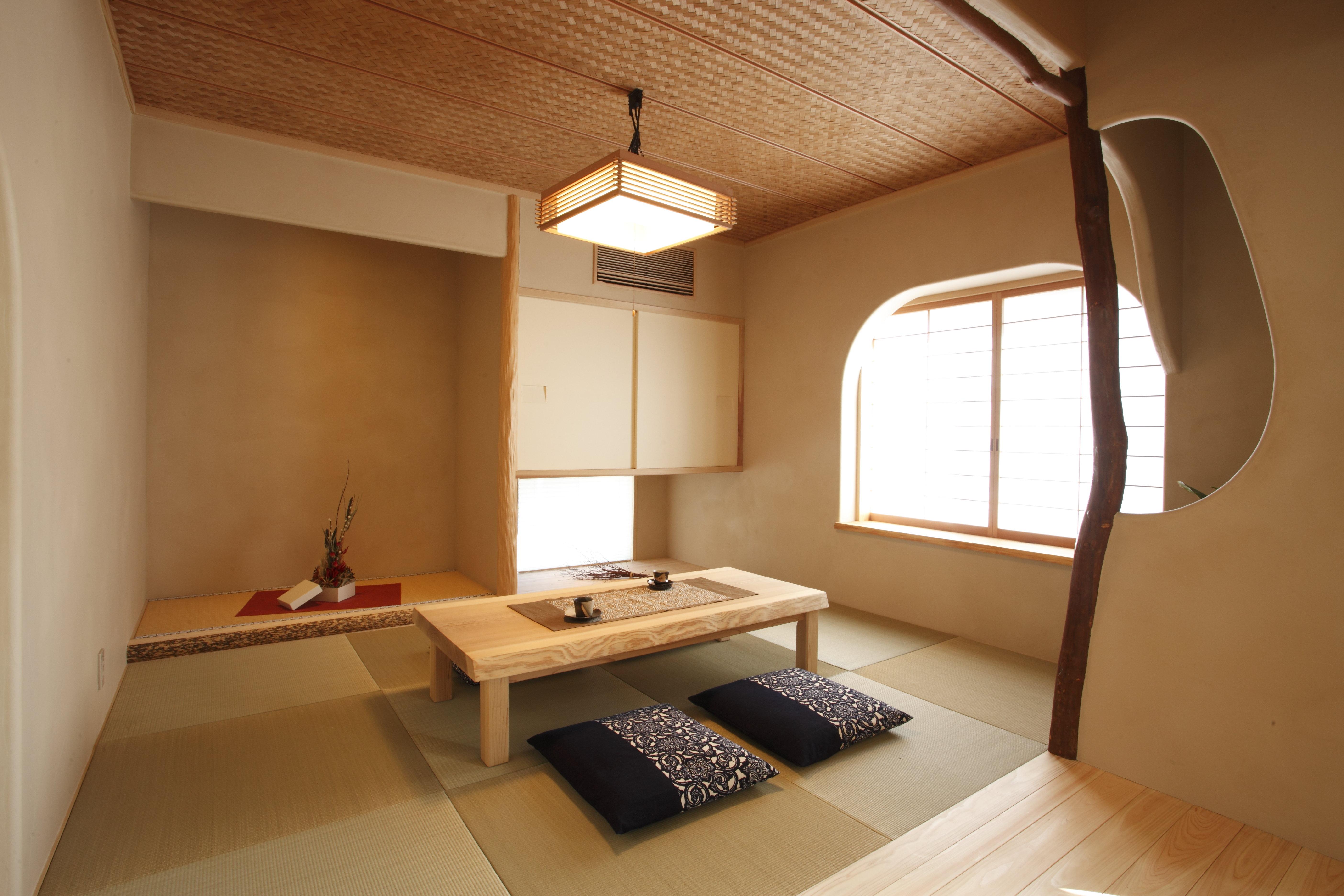 モダンながら落ち着く和室。塗り壁の柔らかなカーブが優しく感じられます。