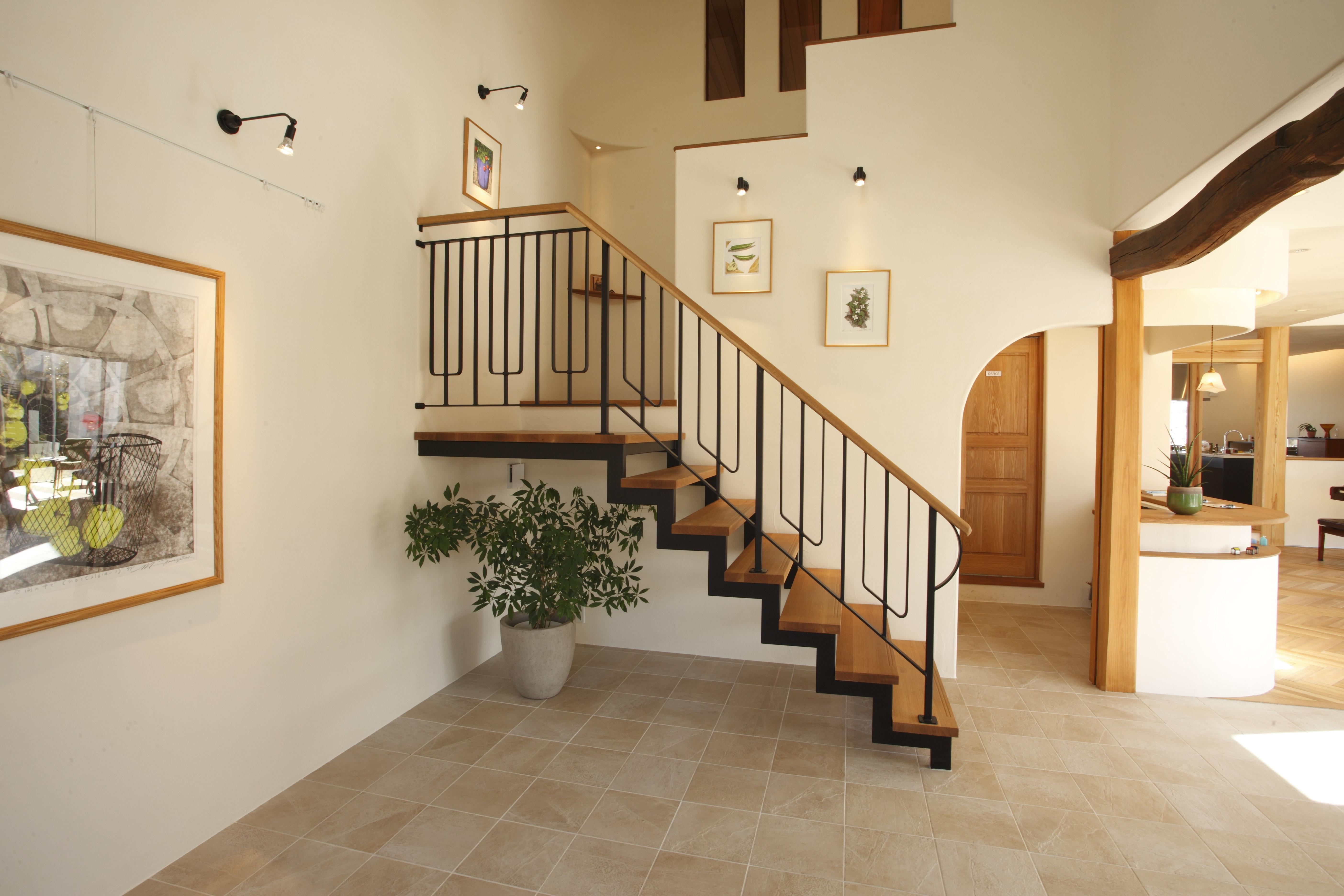 珪藻土の塗り壁にタイルの床、古材やアイアンの組み合わせなど、様々な素材のブレンドが味わえる空間。