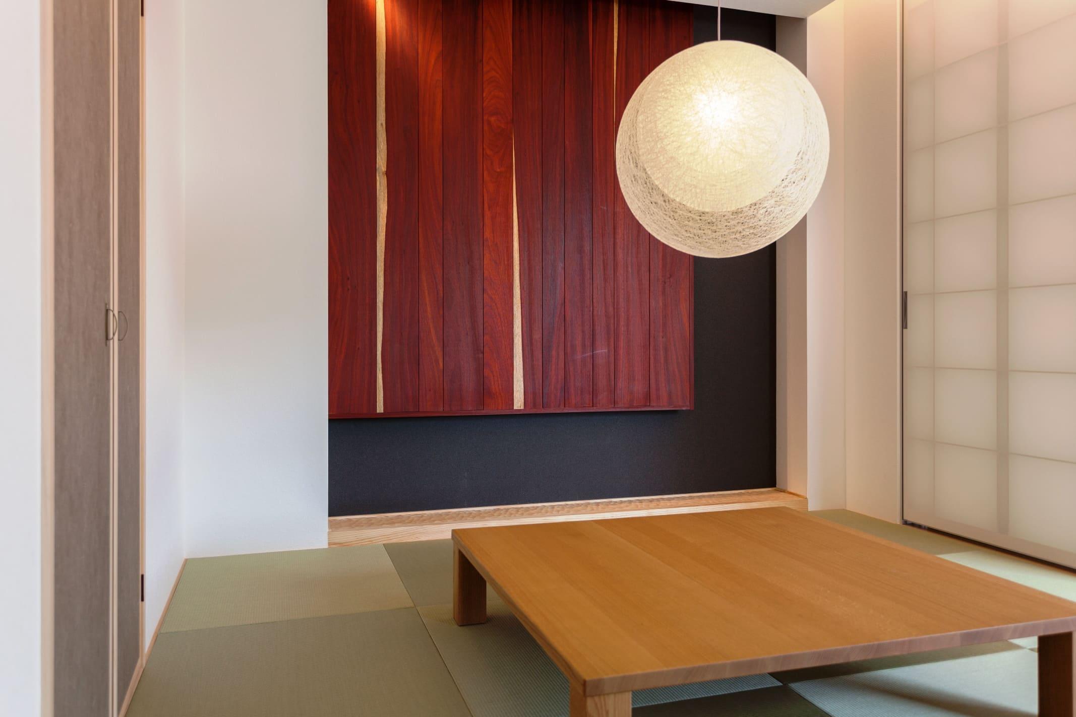 子どもの遊び場やお茶の間としても、引戸を閉めて客間としても使うことのできる和室。
