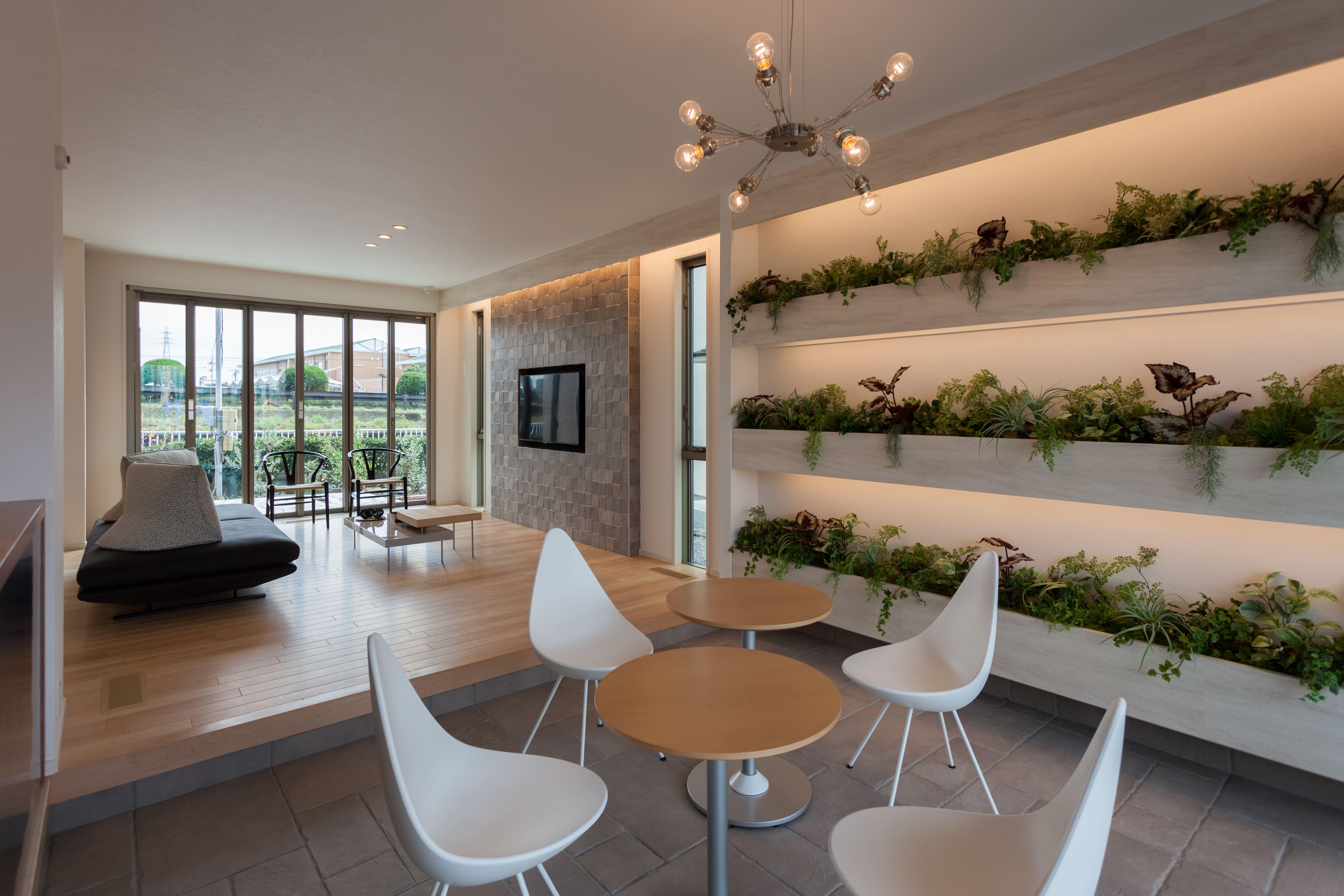グリーンのディスプレイが心地よいカフェコーナー。