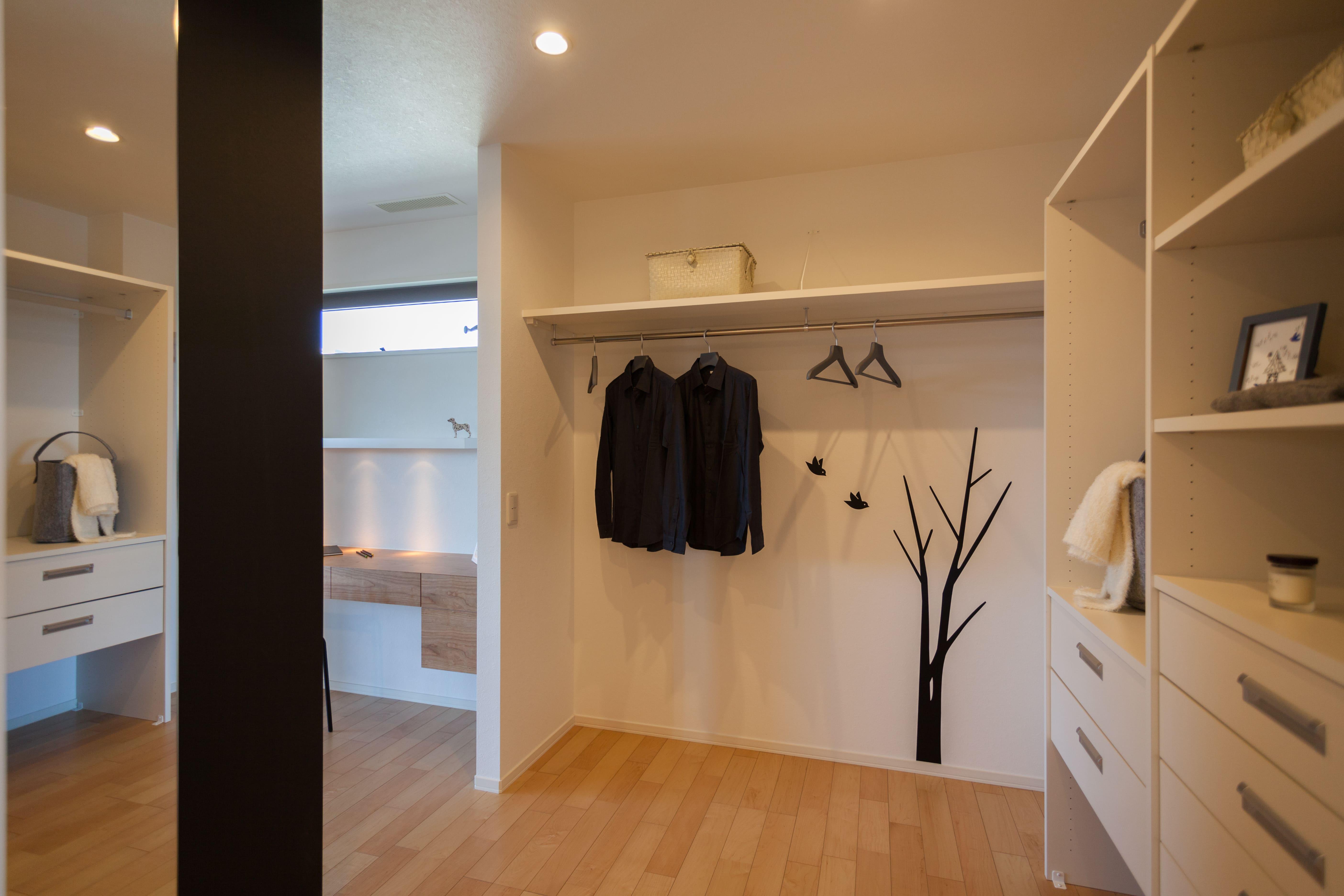 洗面室の隣のウォークインクローゼット。アイロンがけした衣服をすぐに収納できます。