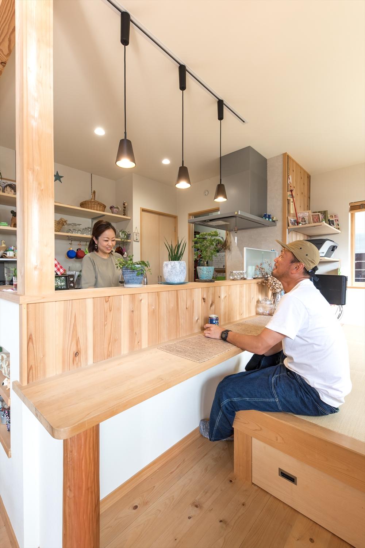 キッチンと対面の小上がり。カウンターは晩酌にぴったり。
