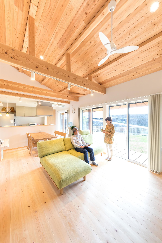 明るく開放的な勾配天井のリビング。
