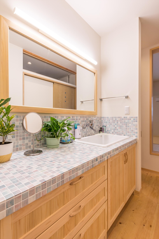 ホテルにあるような広い造作洗面台。淡く優しい色合いのタイルで可愛らしく仕上げました。