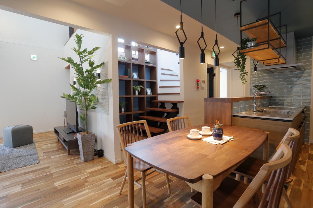カフェ風のおしゃれなカウンターを設けた、使い勝手の良い回遊型のキッチン。