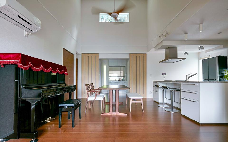 アメリカ住宅を再現した、広々リビングとアイランドキッチンの家。